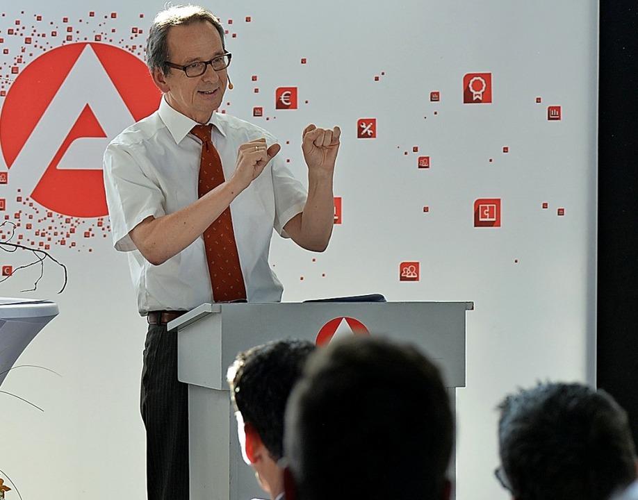Hermann-Josef Hansen erklärt die Berechnung der Konjunkturprognose.  | Foto: Hanspeter Fakler