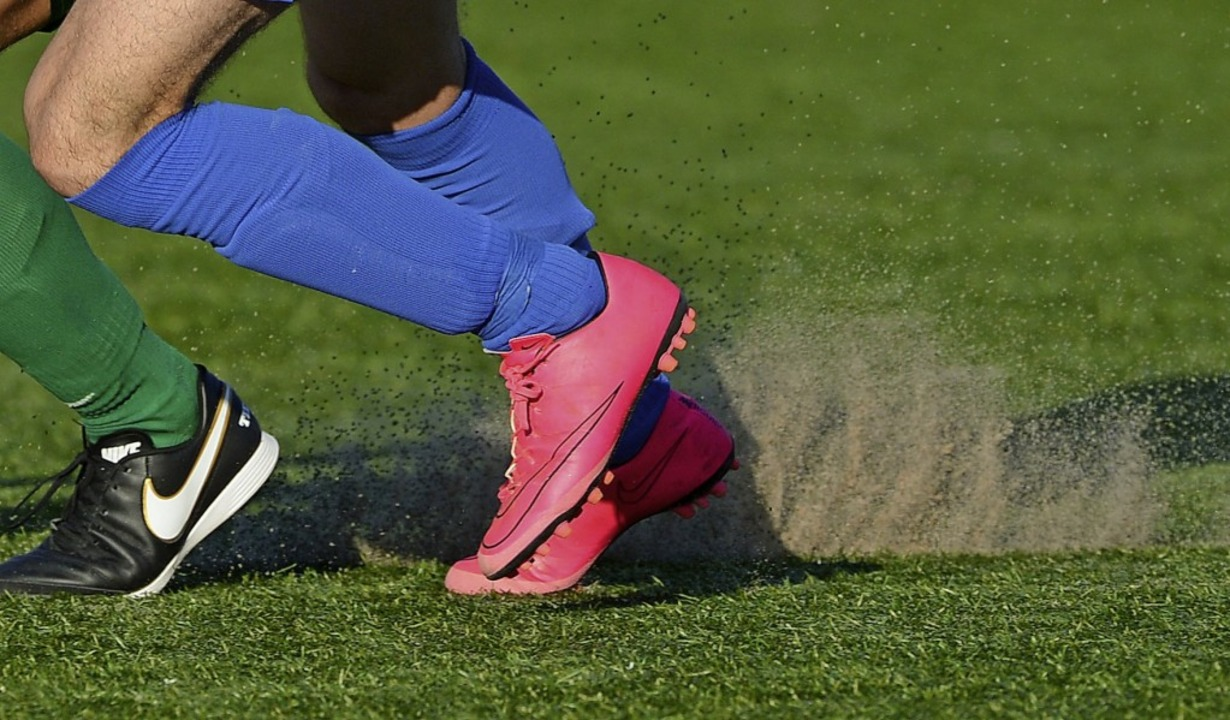 Fußball auf Kunstrasen kommt ohne Verf...ist es Granulat, Quarzsand oder Kork.   | Foto: Patrick Seeger