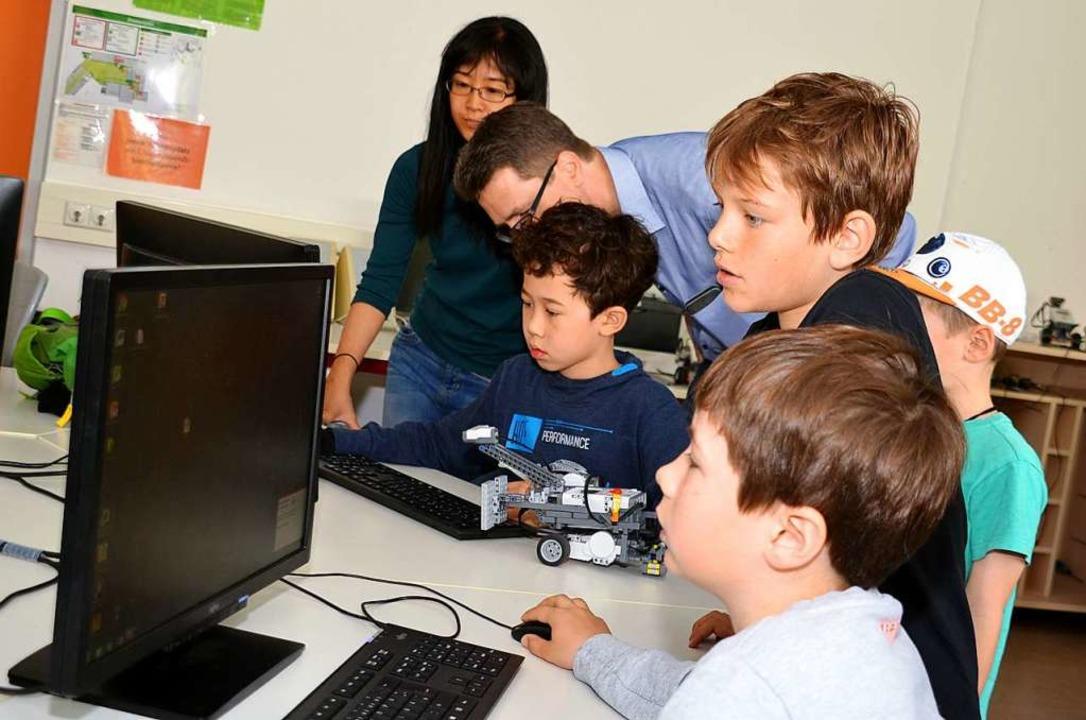 Beim Tag der offenen Tür programmieren...der Hector-Akademie einen Legoroboter.  | Foto: textdirekt