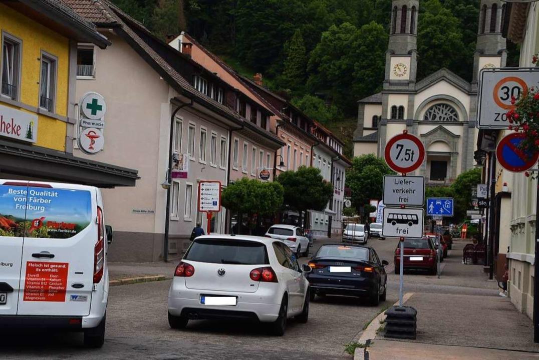 Aufgrund der Sperrung der L126 bei Tod...Ausnahme von Bussen und Lieferverkehr.  | Foto: Ulrike Jäger