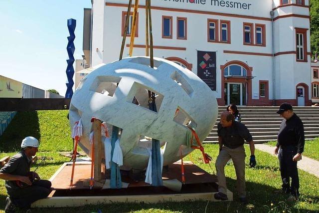 Warum liegt vor der Kunsthalle Messmer ein riesiges Marmor-Ei?