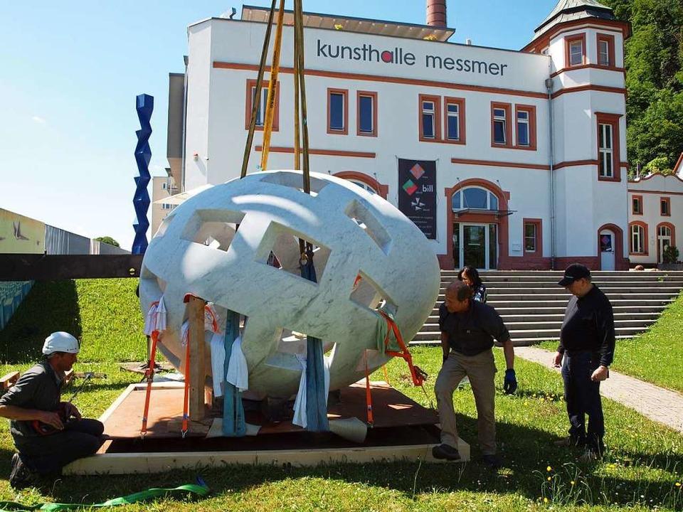 Das tonnenschwere Marmor-Ei wird in Position gebracht.  | Foto: Michael Haberer