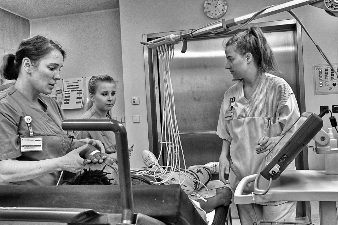 Nadine Schütze (links)  bei einer Erstuntersuchung in dem Raum für die Triage  | Foto: Barbara Ruda