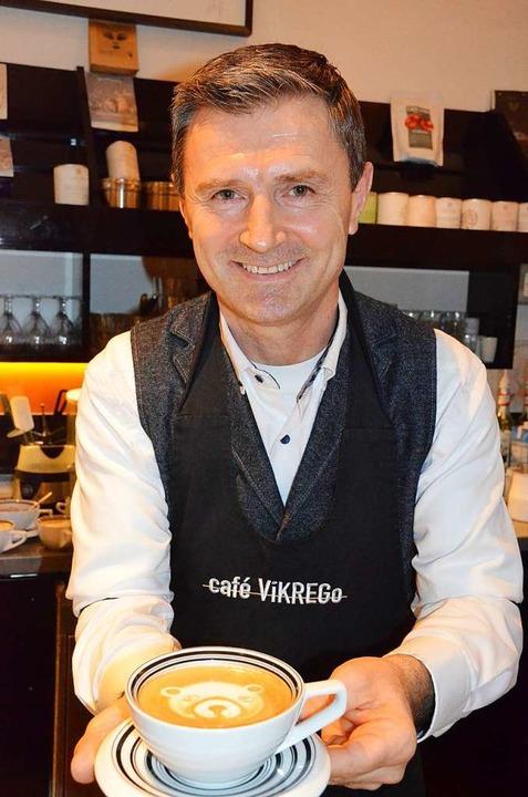 Einen Cappuccino mit Bärengesicht serviert Krenar Goduni.  | Foto: Gabriele Hennicke