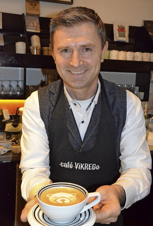 Einen Cappuccino mit Bärengesicht serviert Krenar Goduni.     Foto: Gabriele Hennicke
