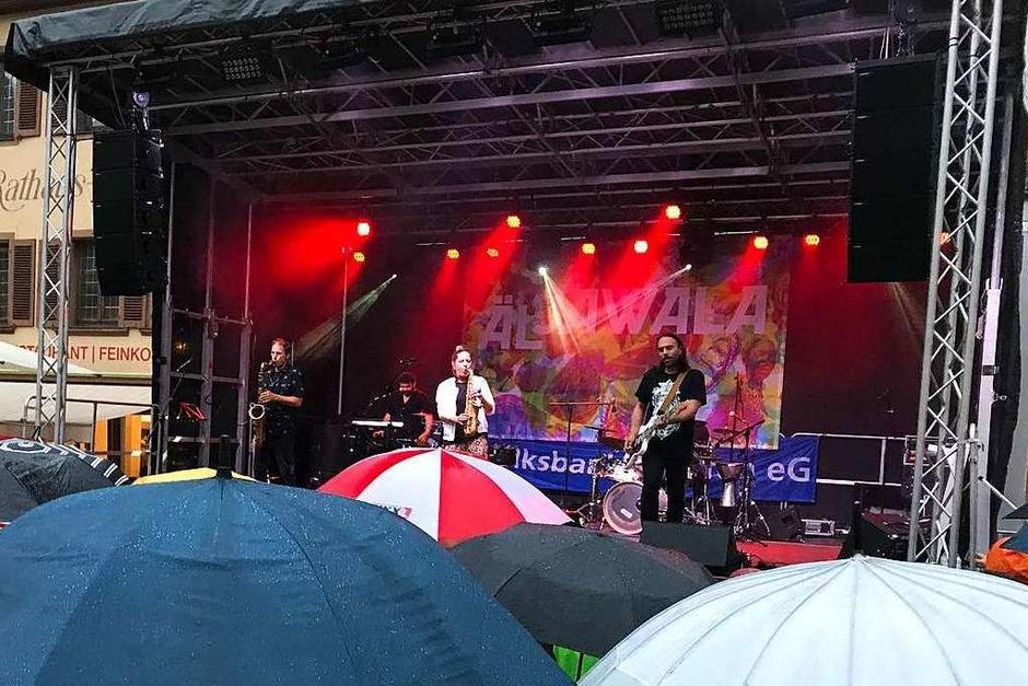 Die Headliner von Äl Jawala hatten am Samstagabend auf der großen Bühne auf dem Marktplatz leider mit Regen zu kämpfen. (Foto: Hans-Peter Müller)
