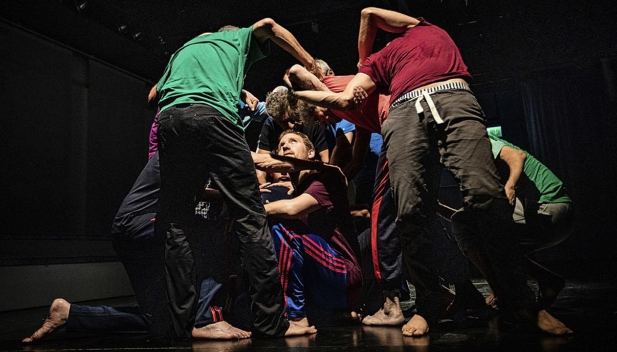 Sie ringen auf der Bühne: Mit ihren du...ten Körpern, mit einander, mit sich...  | Foto: Britt Schilling