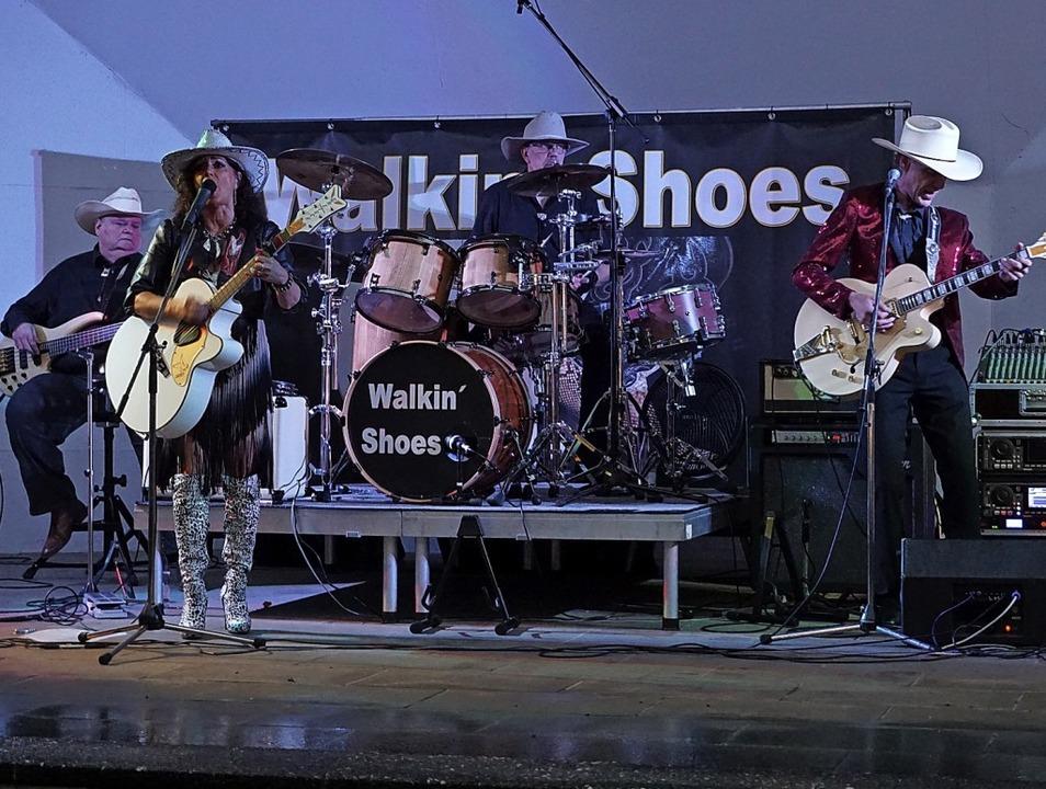 Fulminanter Start: Die Band Walkin&#82...änglich trockenem Wetter mächtig ein.   | Foto: Hans-Jürgen Sackmann