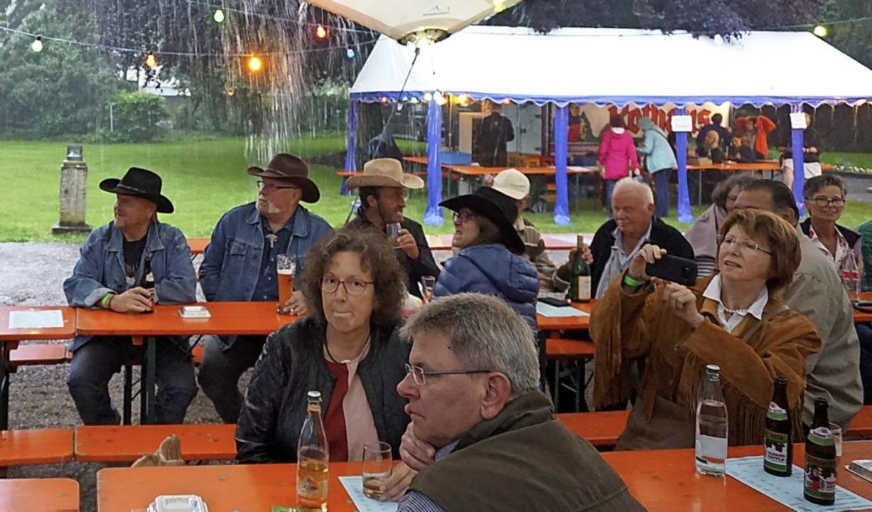 Richtige Country-Fans lassen sich von Regen nicht abschrecken.  | Foto: Hans-Jürgen Sackmann