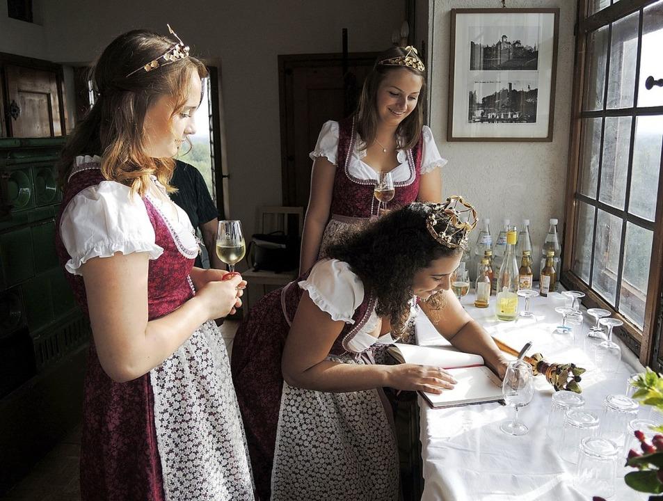 Kirschenkönigin Johanna Wachsmuth aus ...Dräger (links) und Valerie Kaltenbach   | Foto: Roland Vitt