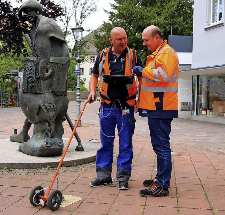 Roland Beuschel (rechts), Leiter der S..., bei der Kontrolle des Erdgasnetzes.   | Foto:  Katharina Schlegel