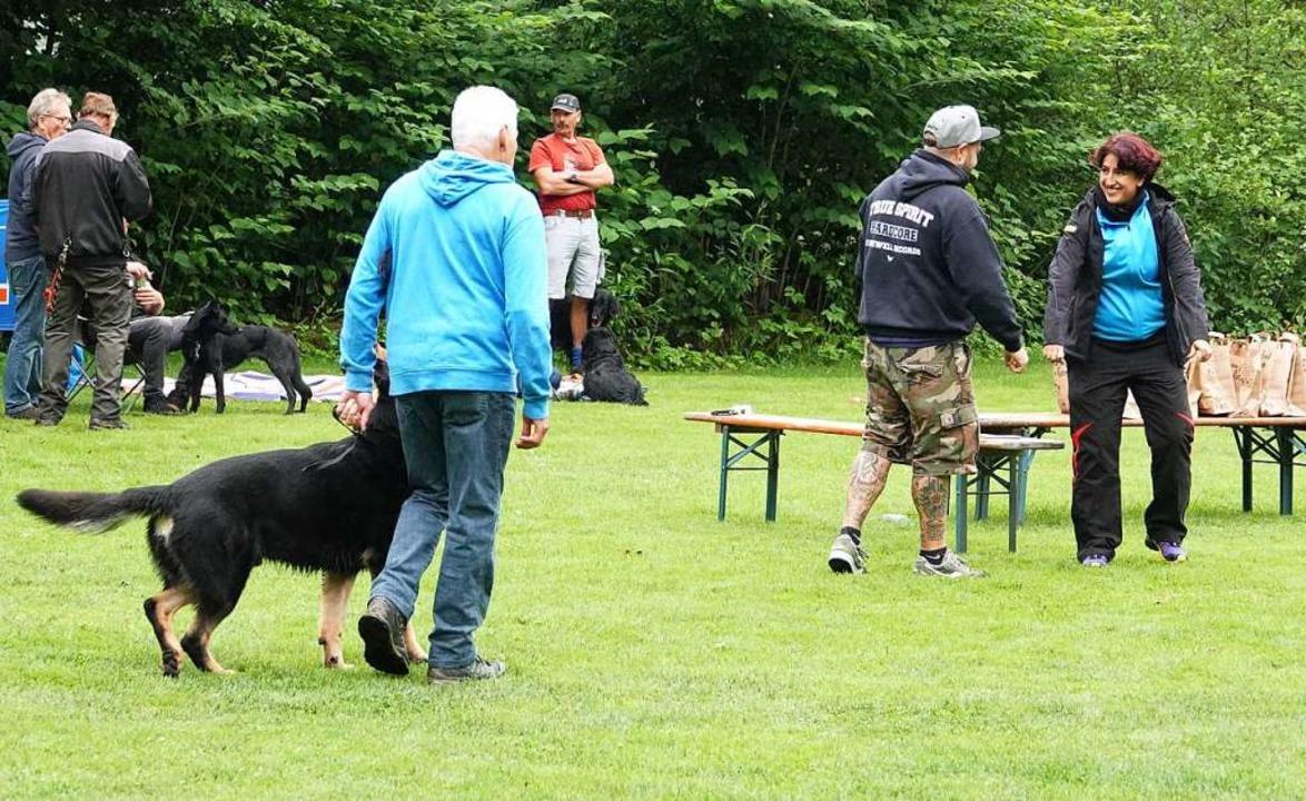 Auf dem Vereinsgelände des Schäferhund... Hunde aller Rassen und ihre Besitzer.  | Foto: Hans Jürgen Hege