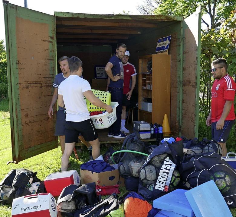 Die vielen Trainingsmaterialien wurden...fältig in den Lagercontainer verräumt.  | Foto: Eva Korinth