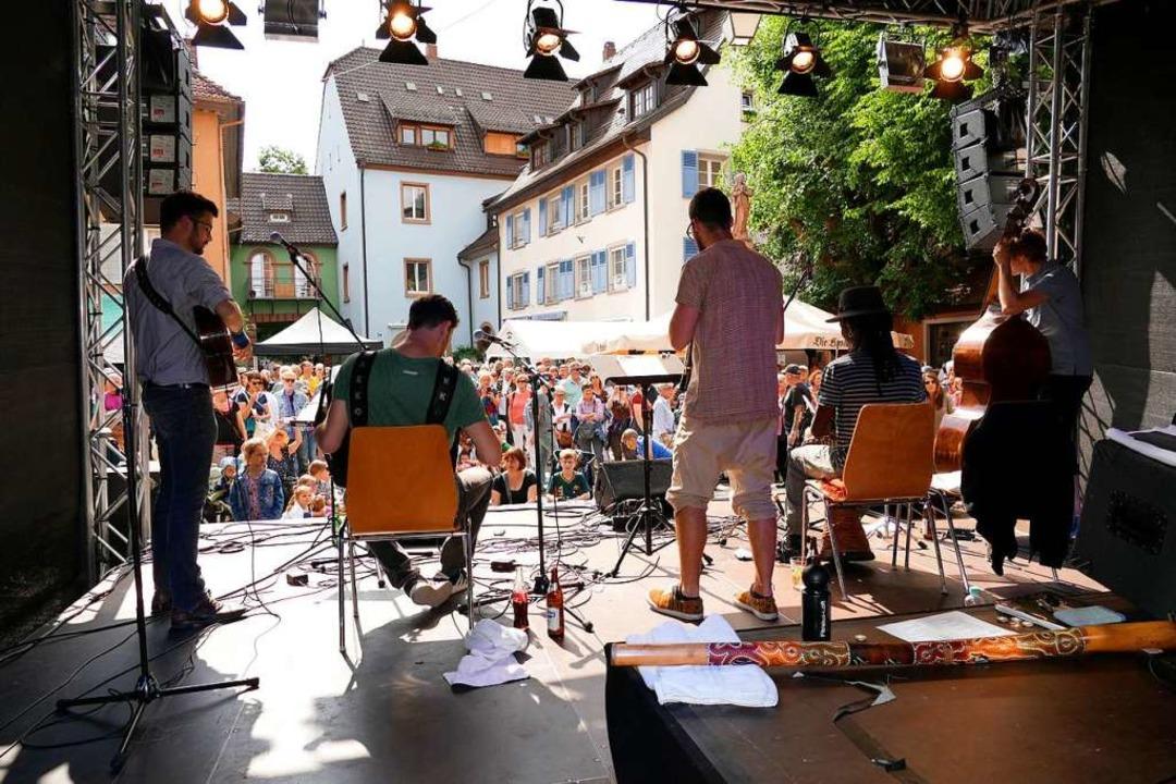 Vielbejubelt am Samstag Nachmittag: Di...aiducken auf der Bühne am Kronenplatz.  | Foto: Hans-Peter Müller