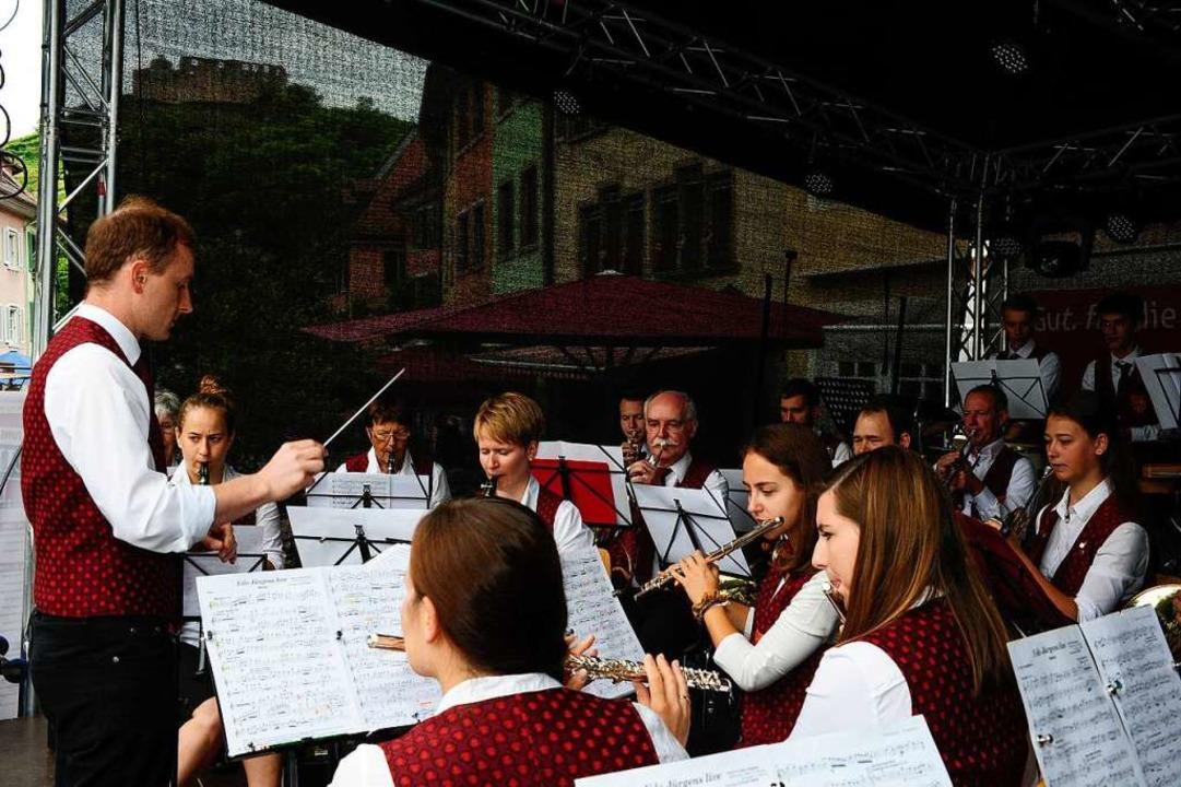 Im Zeichen der Burg: Die Stadtmusik St...en am Samstag Vormittag am Kronenplatz  | Foto: Bernhard Seitz