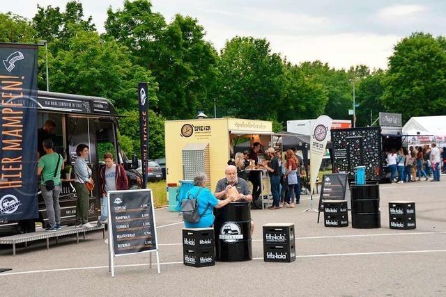 Rhyfelder Wildsäu feiern ein Fest mit Bier und Foodtrucks