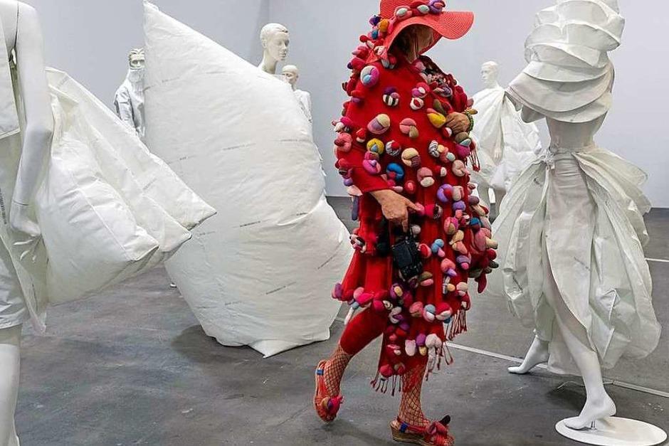"""Eine Besuchende betrachtet das Kunstwerk """"Life Dress"""" (2018) der in Barcelona geborenen und in Amsterdam lebenden Künstlerin Alicia Framis in der Ausstellung """"Art Unlimited"""". (Foto: Georgios Kefalas (dpa))"""