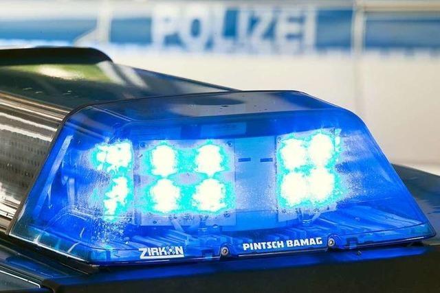 Auto prallt gegen Felsen – Fahrer schwer verletzt