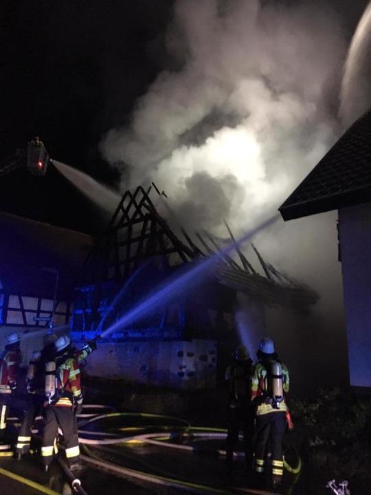 Feuerwehrleute bei den Löscharbeiten  | Foto: Feuerwehr Kenzingen