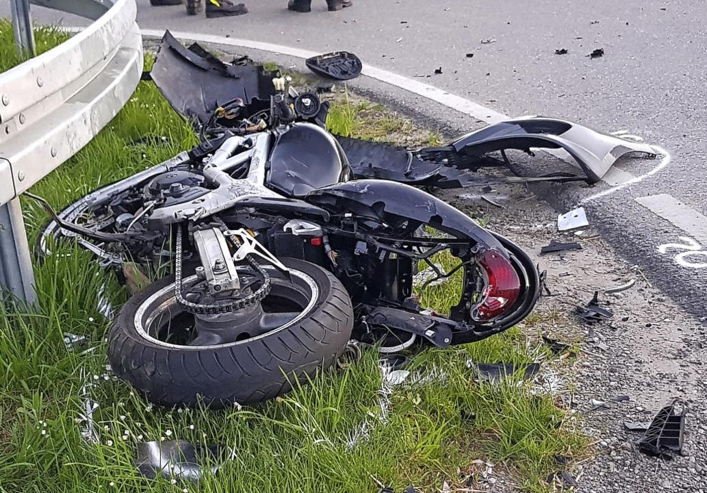 Völlig zerstört war dieses Motorrad na...on mit einem Auto und der Leitplanke.   | Foto:  Peter Umstetter