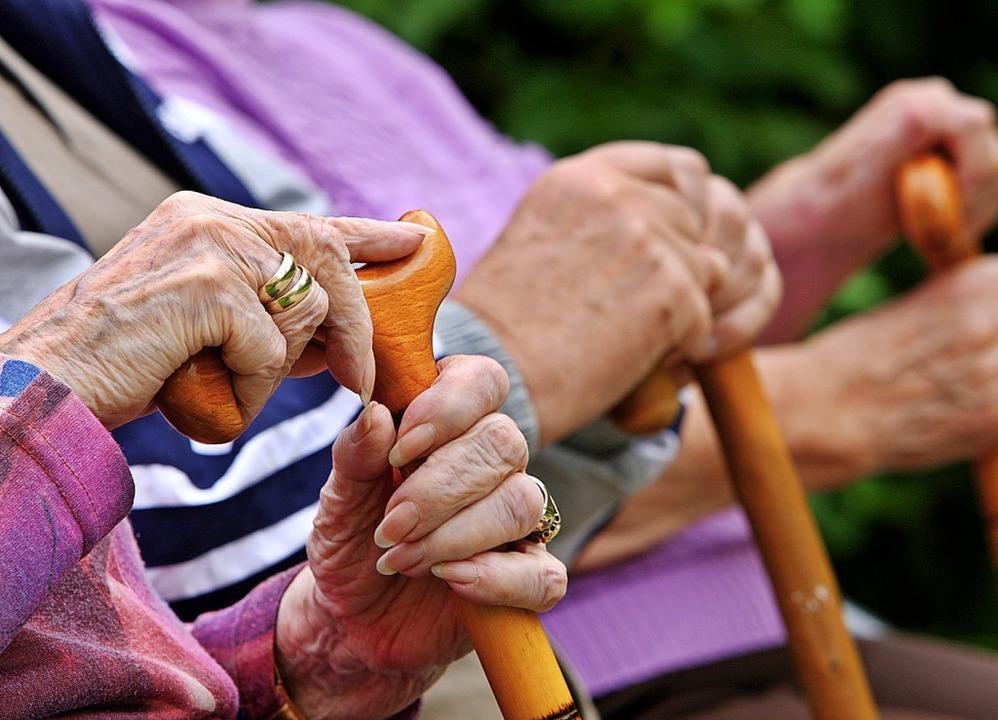 Die Stadt setzt derzeit Maßnahmen aus der Seniorenbefragung um.   | Foto: A3250 Oliver Berg