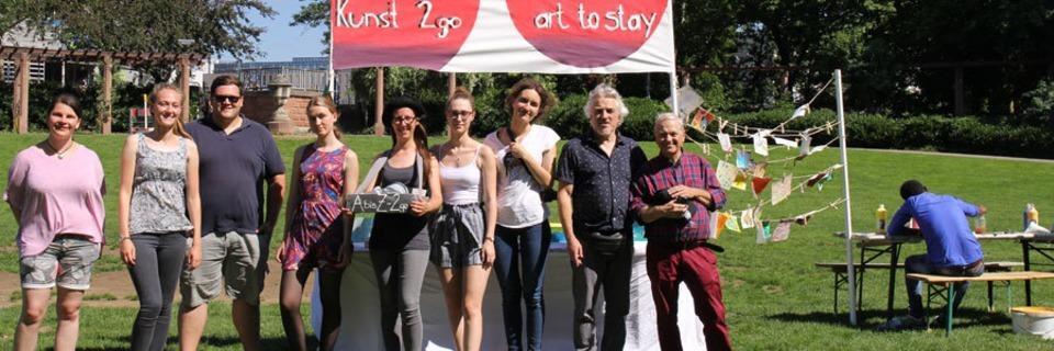 Wieso Studierende auf dem Stühlinger Kirchplatz Hochzeiten to go verschenken
