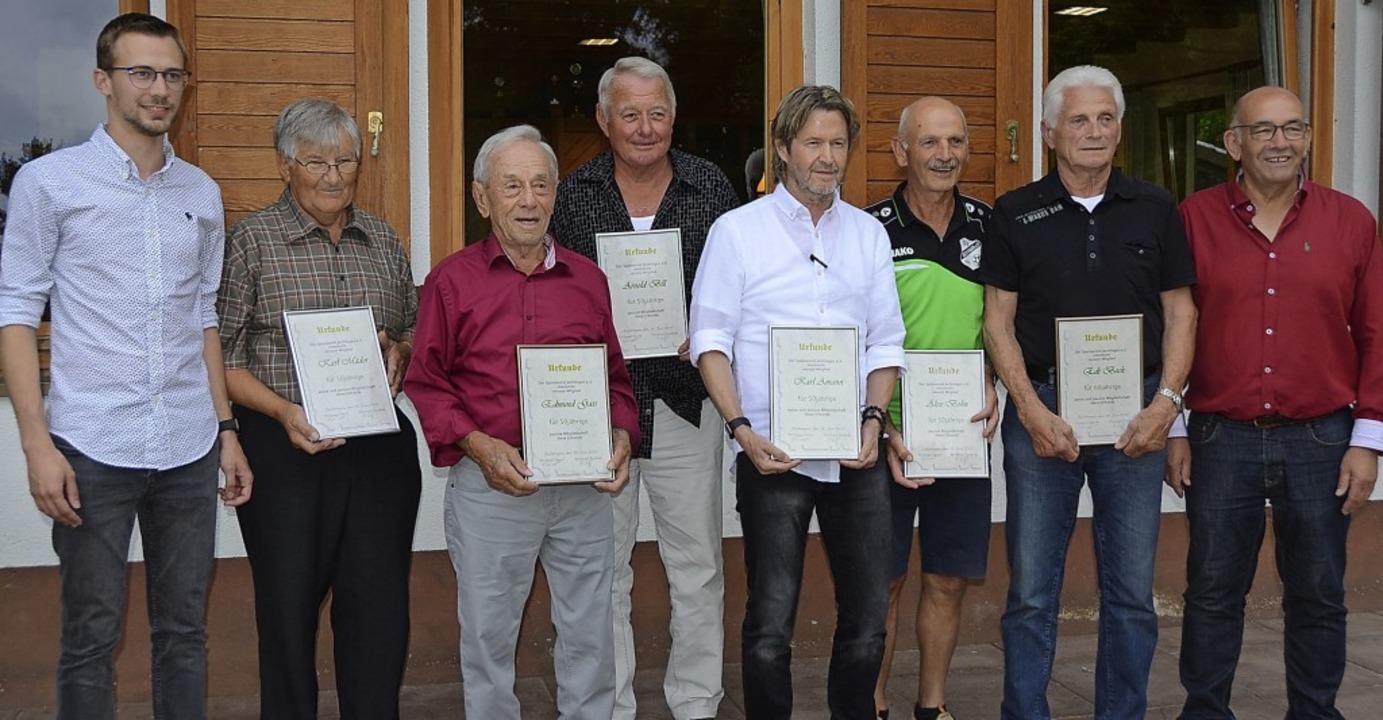 Die Vorsitzenden  Lothar Dannecker (re...d  Markus Gaß (links) mit den Geehrten  | Foto: Roland Vitt