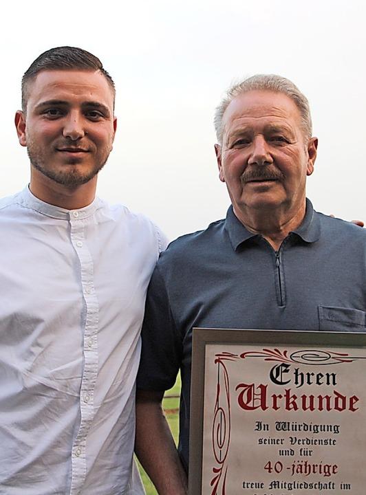 Valmir Osmani (l.) ehrte Frieder Weinzierl für 40 Jahre Mitgliedschaft.   | Foto: Werner Schnabl
