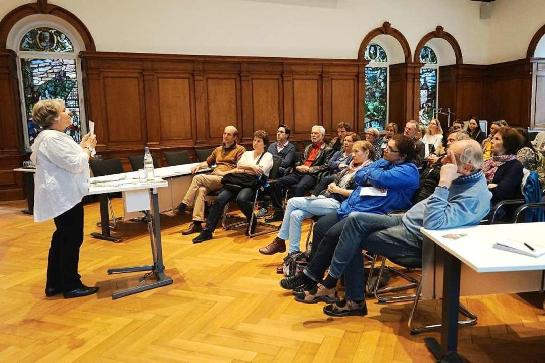 Birgit Lieber beim Vortrag vor zahlreichem Publikum im Waldkircher Bürgersaal  | Foto: Stadt Waldkirch