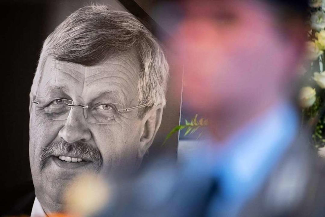 Foto des getöteten Walter Lübcke bei einem Gedenkgottesdienst in Kassel  | Foto: SWEN PFORTNER (AFP)