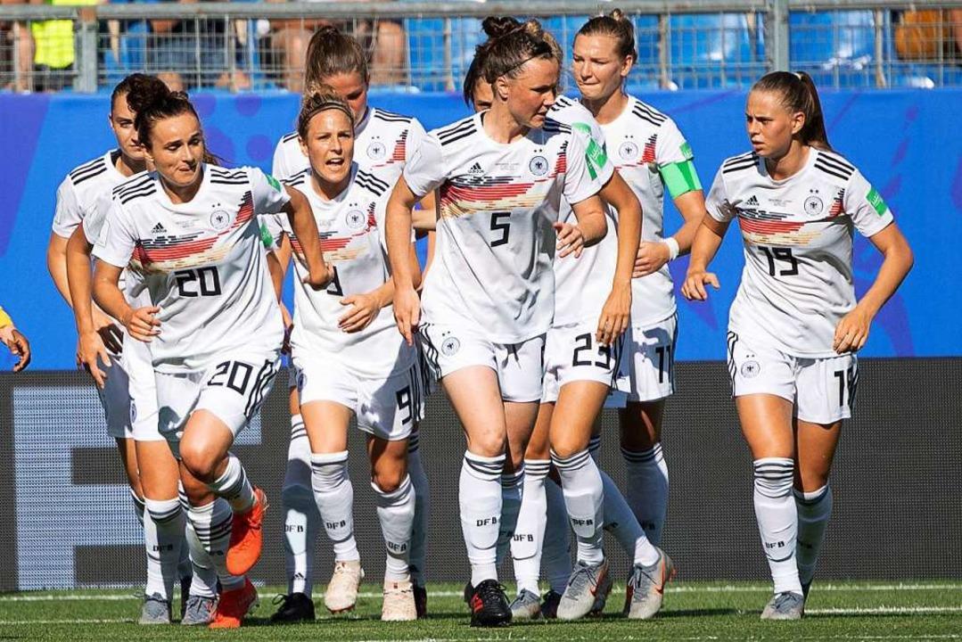 Kollektiver Jubel: Die deutschen Spiel...eg über die Vertreterinnen Südafrikas.  | Foto: Sebastian Gollnow (dpa)