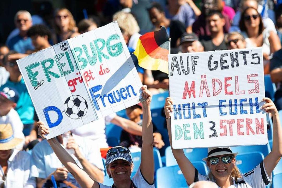 Auch in Montpellier mit dabei: Fans au...rg grüßen die deutschen Spielerinnen.   | Foto: Sebastian Gollnow (dpa)