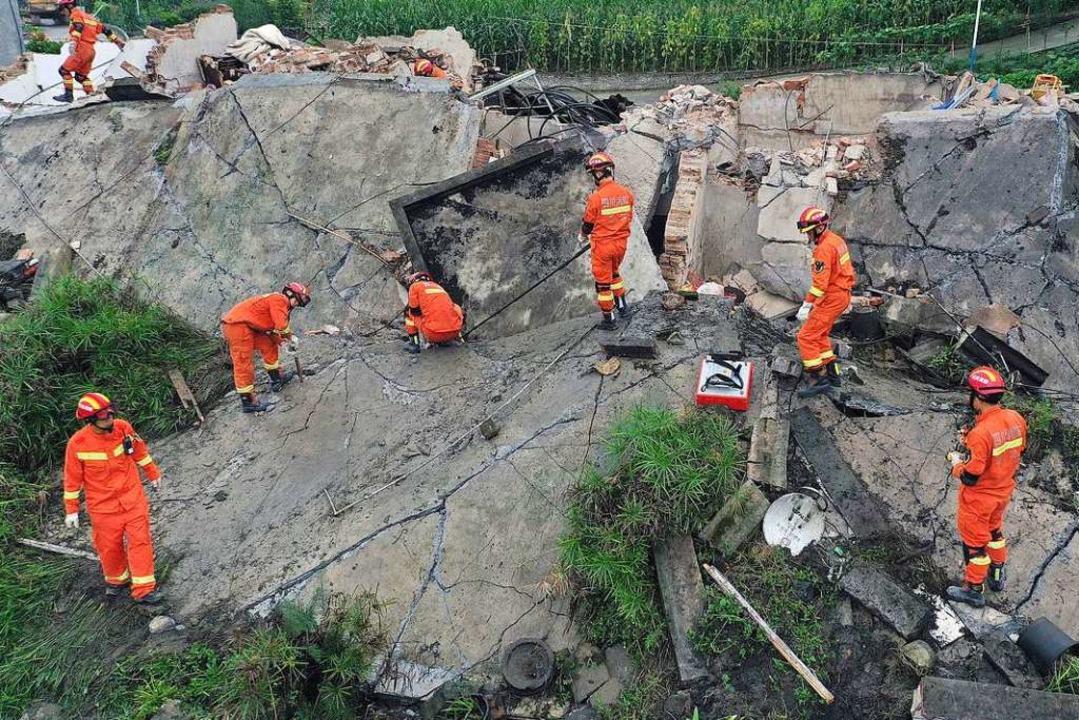 Rettungskräfte suchen in den Trümmern ...bin lag, erreichte die Stärke von 6,0.  | Foto: - (dpa)