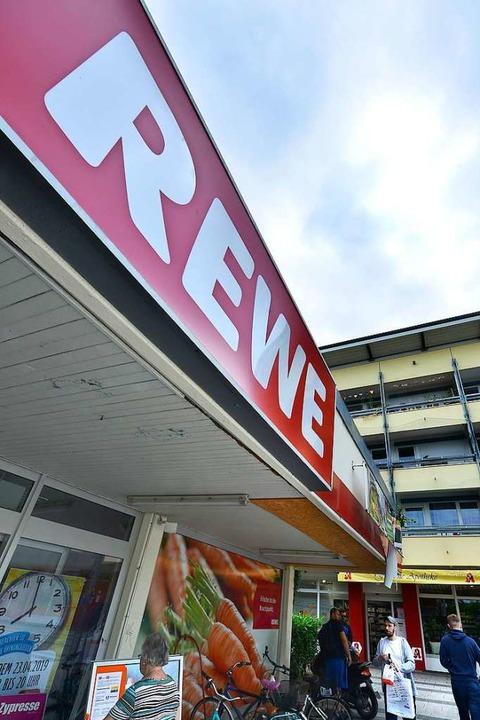 Letzte Einkäufe: Seit Samstag   hat der Rewe geschlossen.  | Foto: Michael Bamberger
