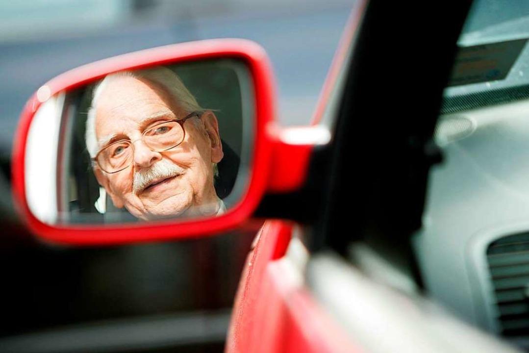 Nach dem Unfall übergab der 80-Jährige...g seinen Führerschein an die Polizei.   | Foto: Verwendung weltweit, usage worldwide