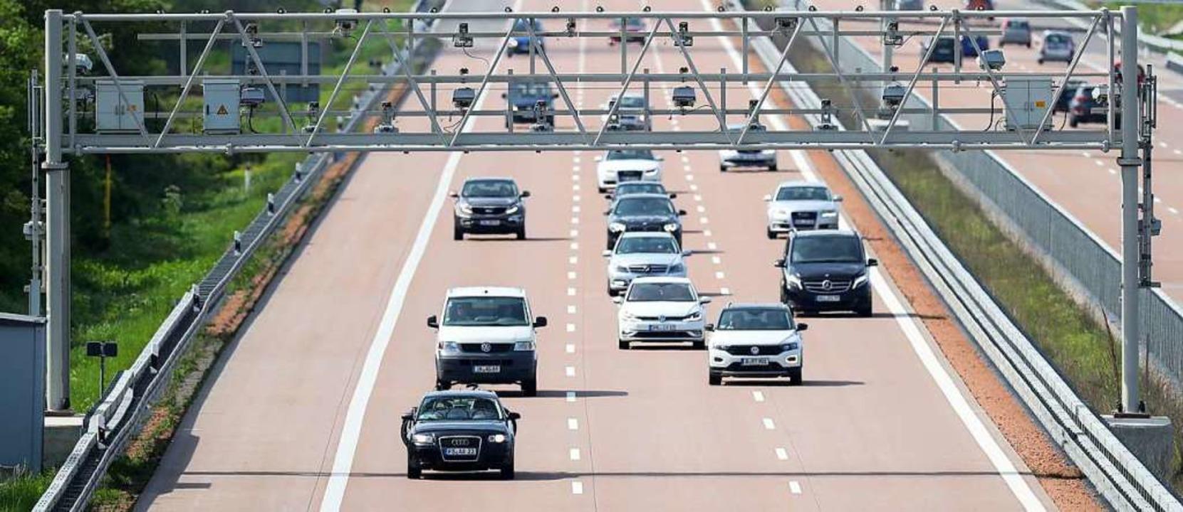 Die Fahrt auf deutschen Autobahnen wird für Autos weiter gratis sein.  | Foto: Jan Woitas (dpa)