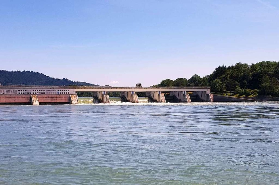 Unterhalb des Rheinkraftwerks war eine Frau im Wasser in Not geraten.  | Foto: Felix Held