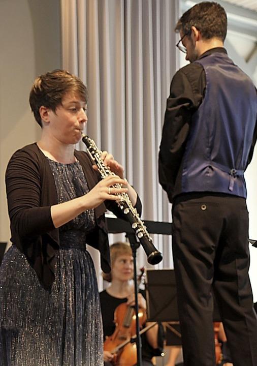 Für  Oboistin Stephanie  Schwartz sche...ein. Rechts Dirigent Gunnar Persicke.   | Foto: Dagmar Barber