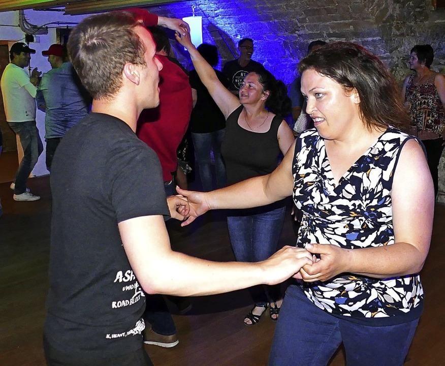Im Eventkeller gehen die Tanzfans ihre...t sich ideal für das Tanzen zu zweit.     Foto:  Rainer Bombardi