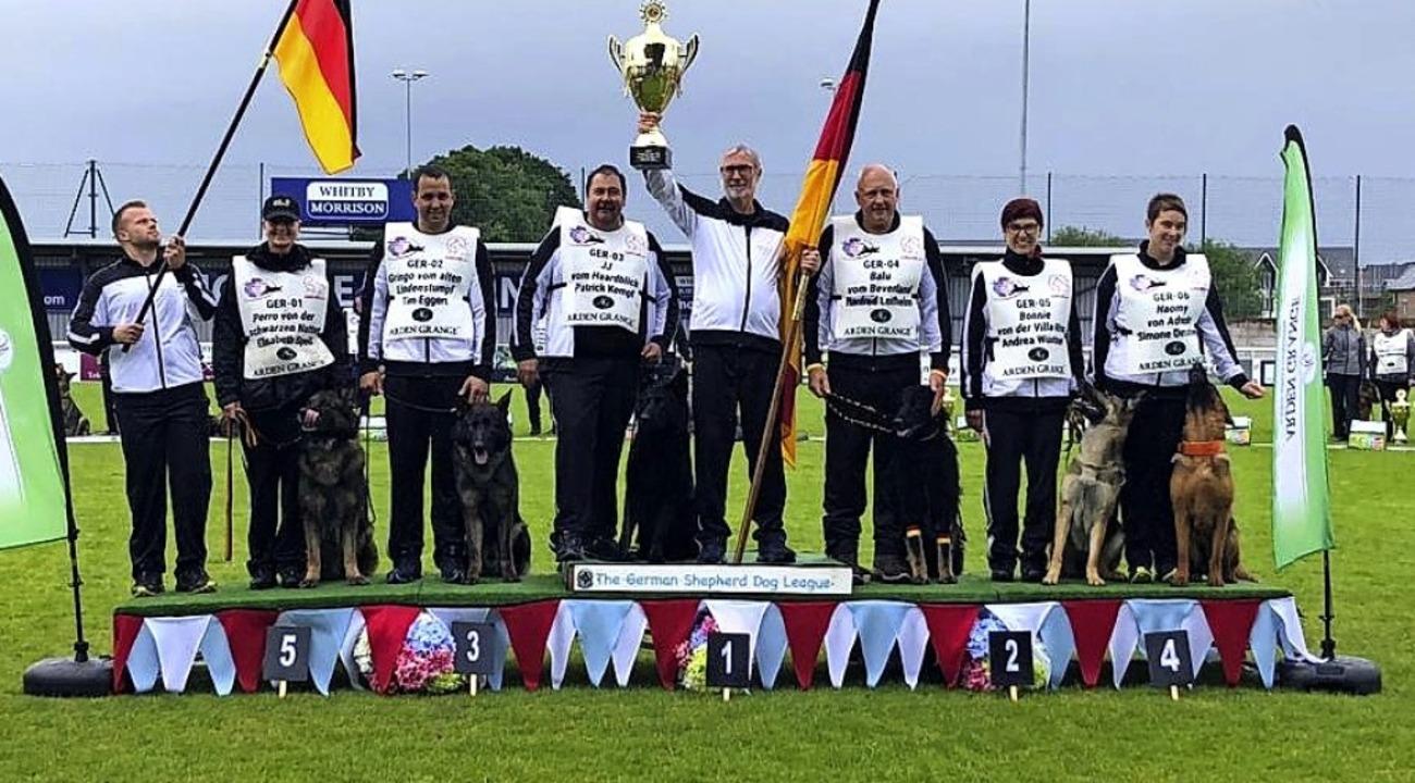 Patrick Kempf und JJ (4. v. links) sin.... Die Deutschen holten sich den Pokal.  | Foto: Privat