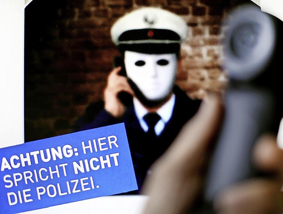 Mit so einem Plakat warnt die Polizei ...ersuchen  durch angebliche Polizisten.  | Foto: Martin Gerten (dpa)