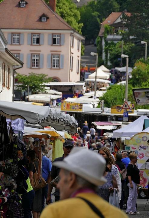 Die Marktstände schlängeln sich bis hoch zum Rathaus.     Foto: Ralf H. Dorweiler