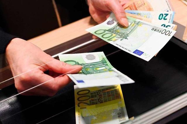 Am Bankschalter dürfen Ein- und Auszahlungen extra kosten