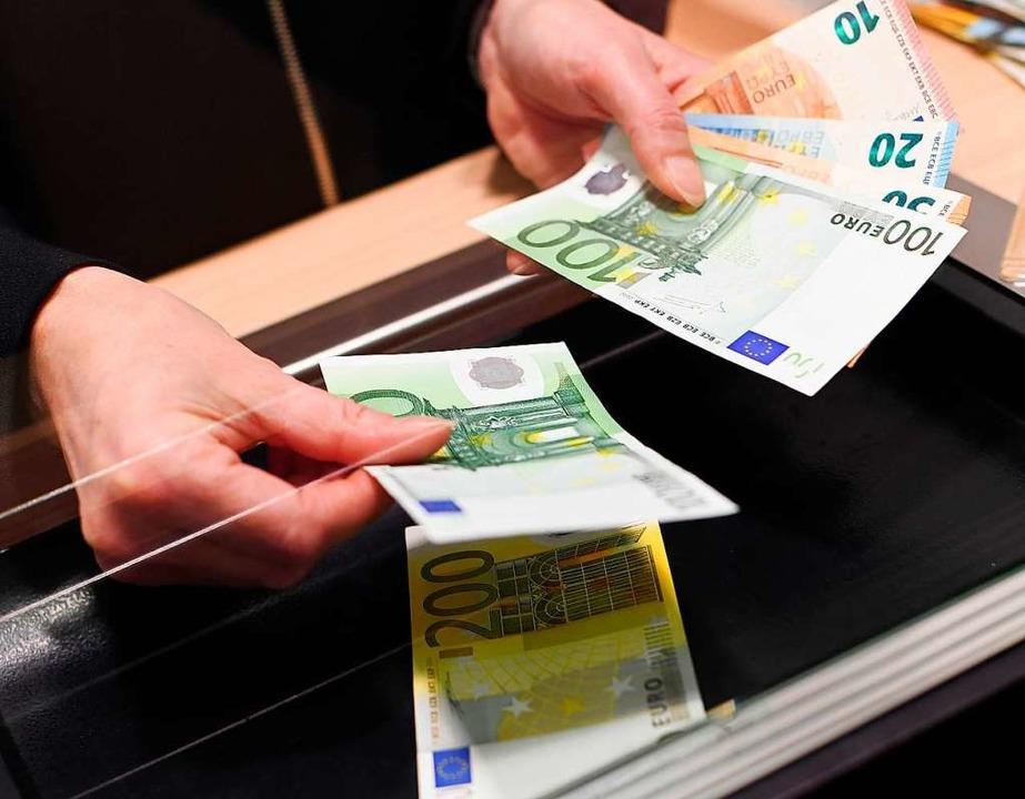 Persönlicher Service lassen sich viele...Sparkasse mittlerweile extra bezahlen.  | Foto: Angelika Warmuth