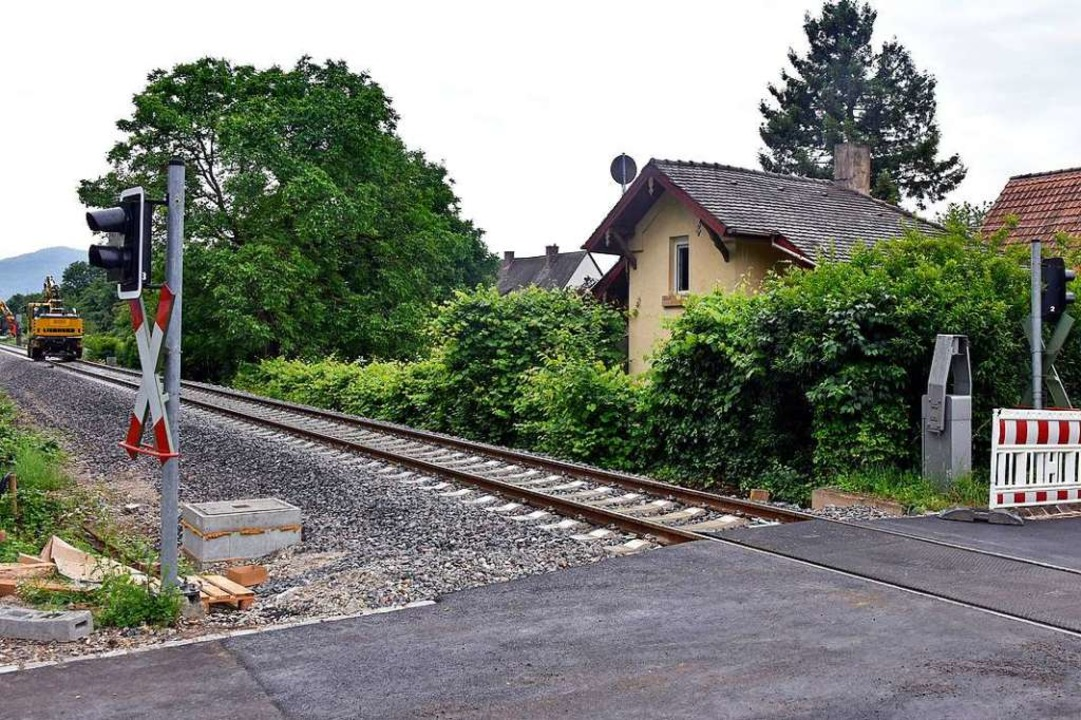 Das ehemalige Bahnwärterhäuschen in Mooswald liegt direkt an den Gleisen.  | Foto: Michael Bamberger