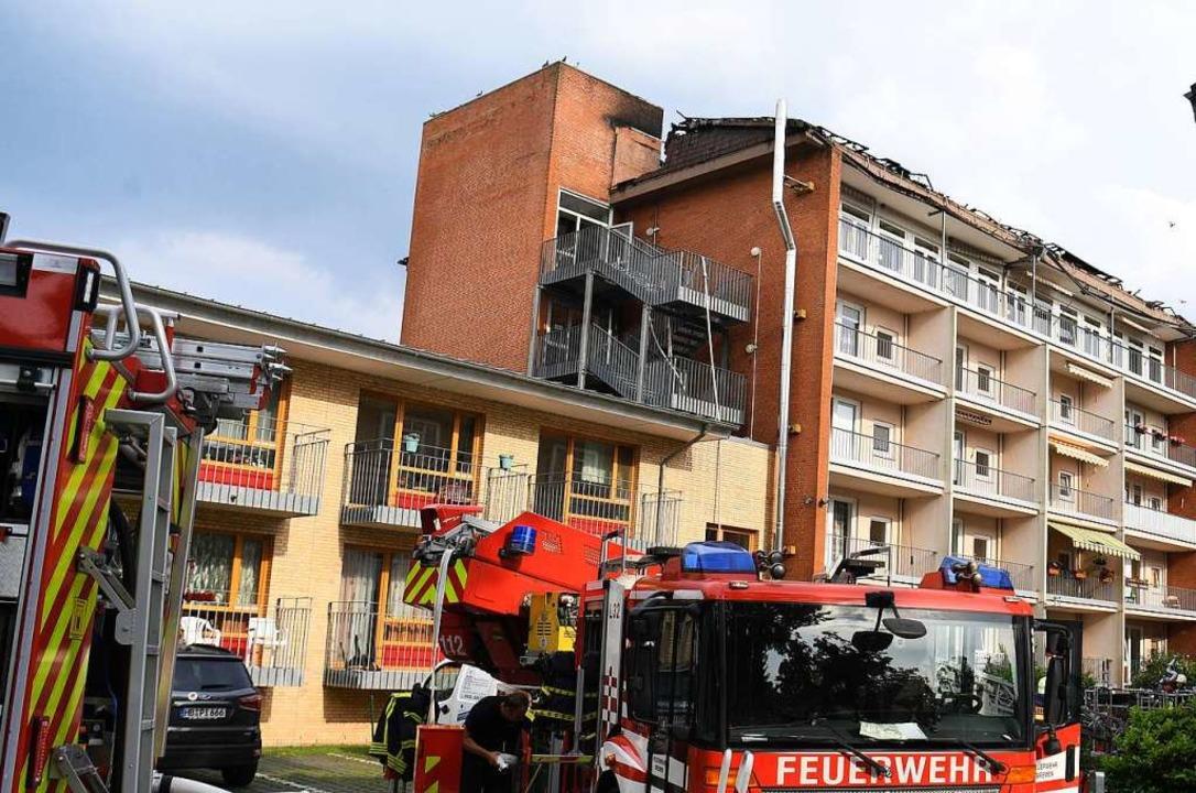 Ein Fahrzeug der Feuerwehr steht vor d...hner. Das gesamte Dach ist abgebrannt.  | Foto: Carmen Jaspersen (dpa)