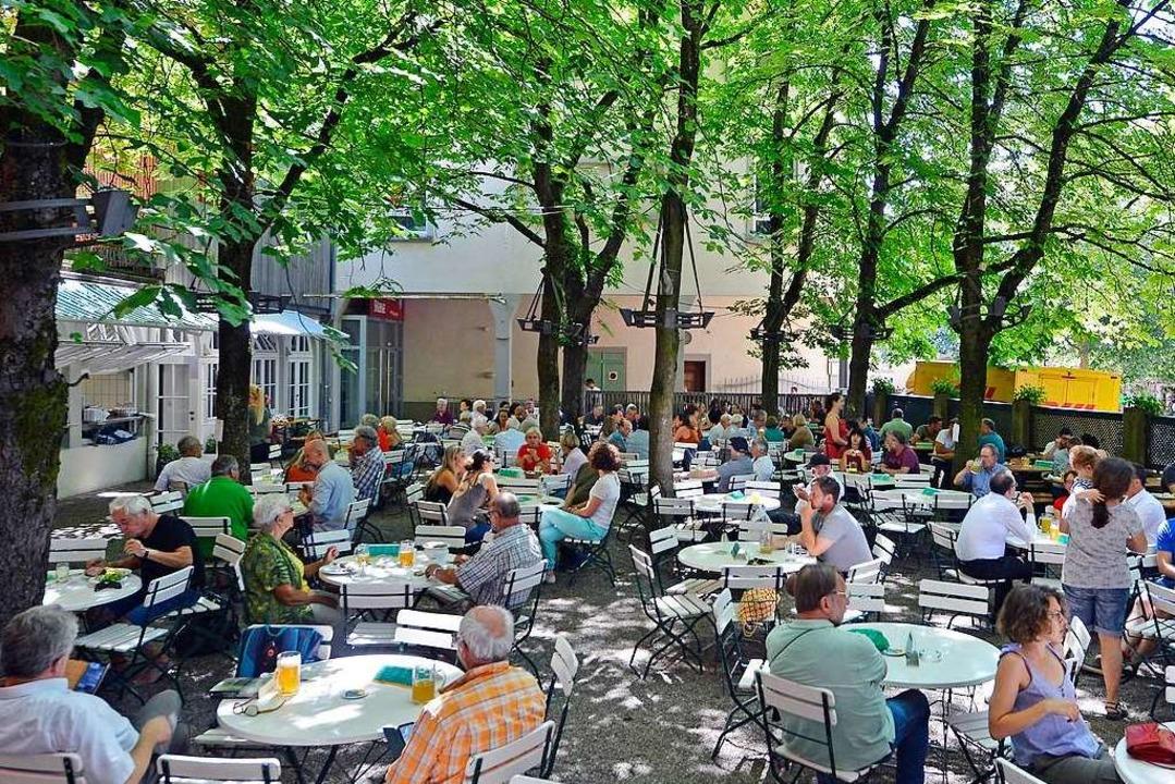 Mittagszeit im Feierling-Biergarten in...adt: in der Ferienzeit ganz entspannt   | Foto: Michael Bamberger