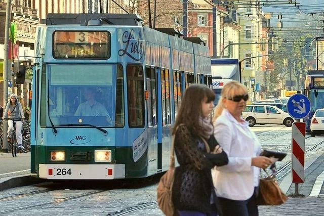 Auto kreuzt eine Straßenbahn: Frau stürzt und verletzt sich am Kopf