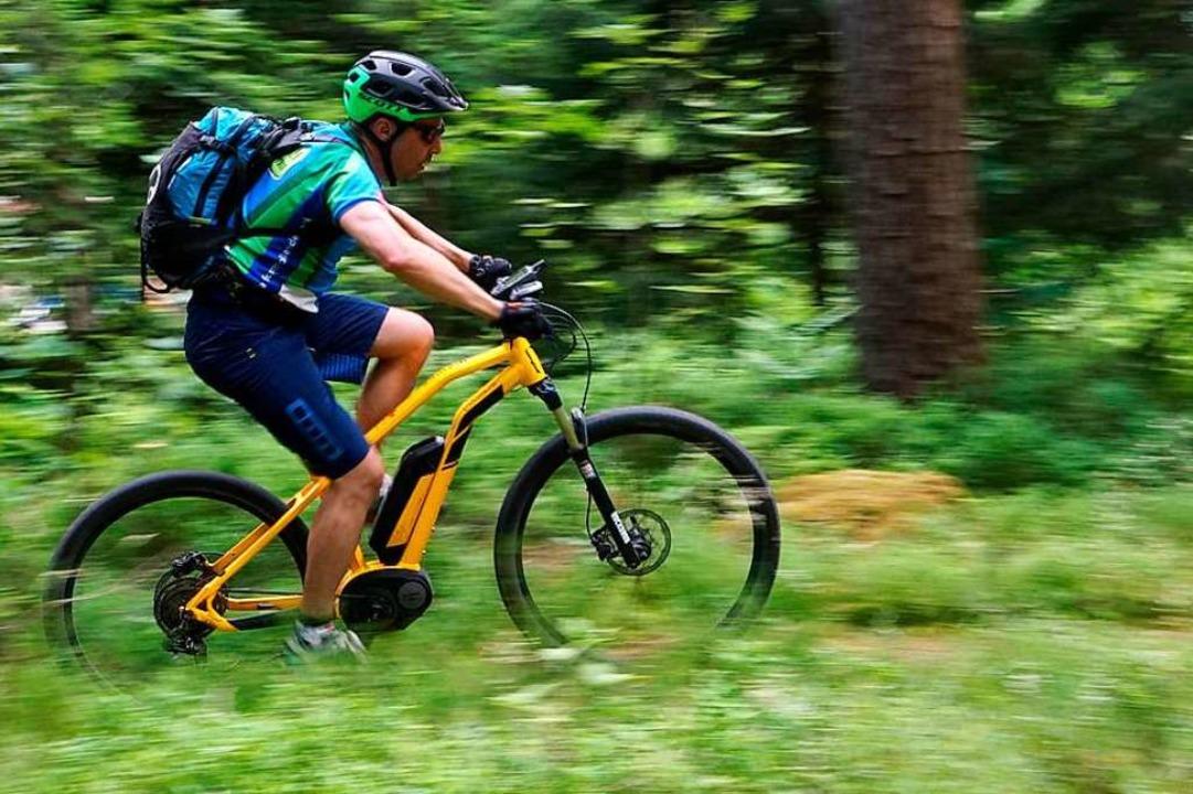 Unterwegs mit Unterstützung: Ein E-Mountainbiker im Schwarzwald  | Foto: Stefan Weißenborn