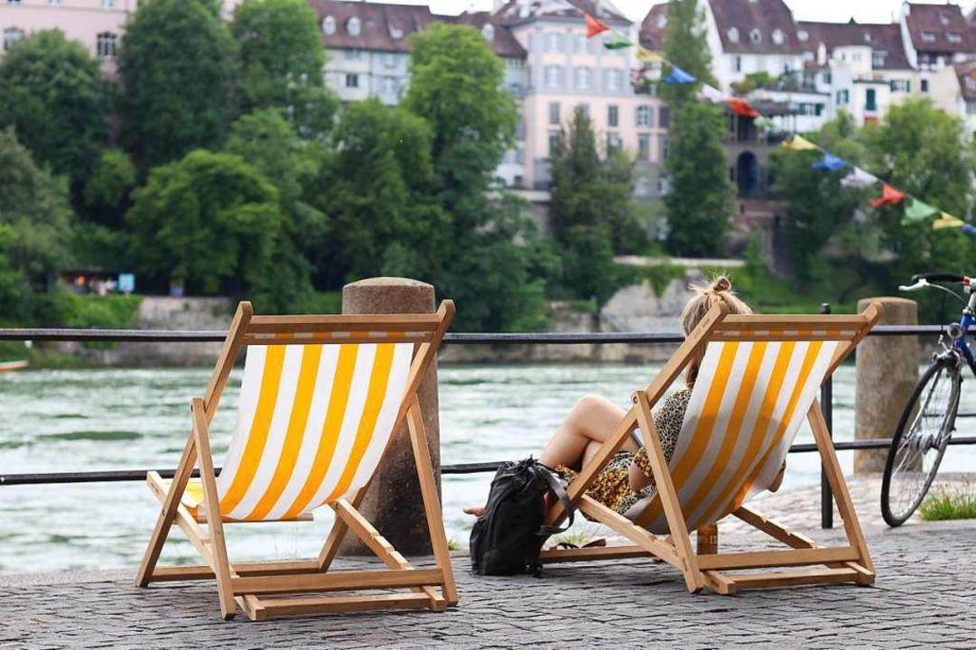 Am Ufer der Kleinbasler Altstadt stehen Liegestühle...  | Foto: Joshua Kocher